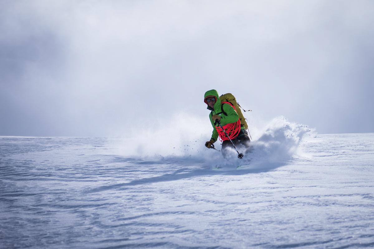 Christophe se fait plaisir sur le glacier du Stockji : le soleil ne va pas tarder à sortir !