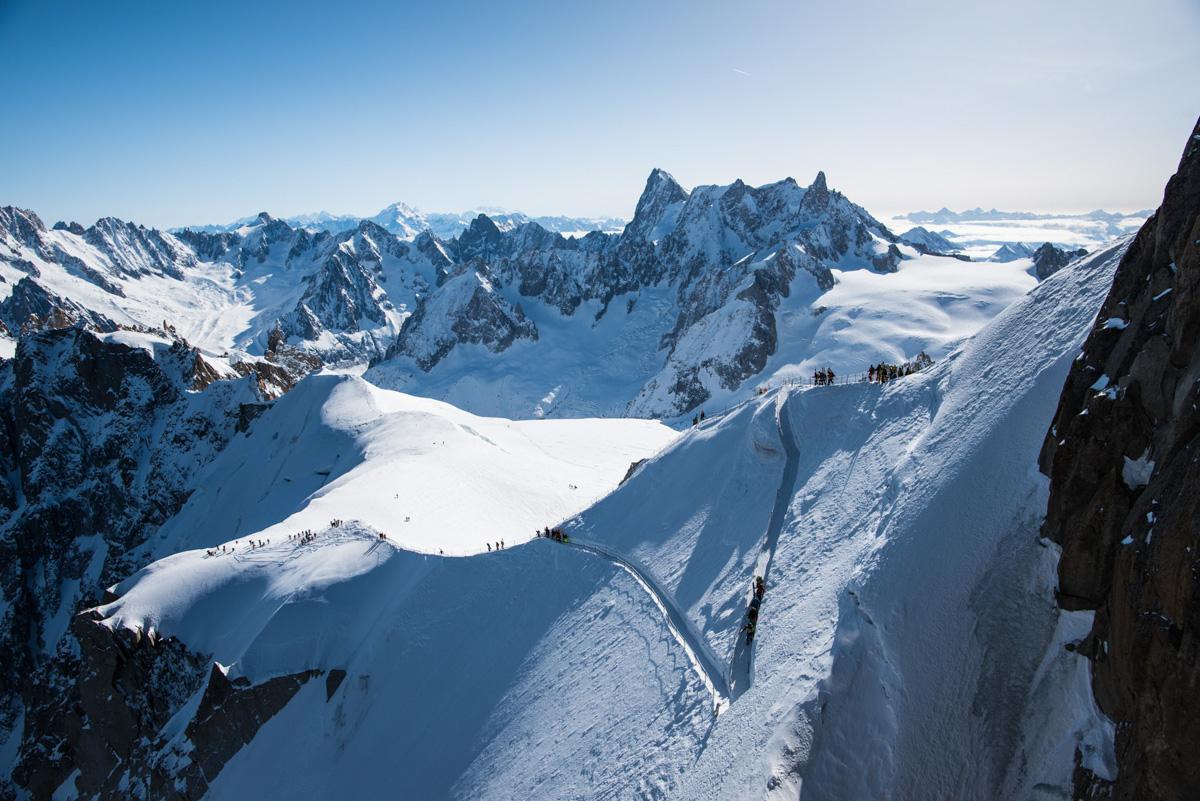 Depuis la terrasse, nous prenons quelques minutes pour observer les skieurs descendre sur l'arête.