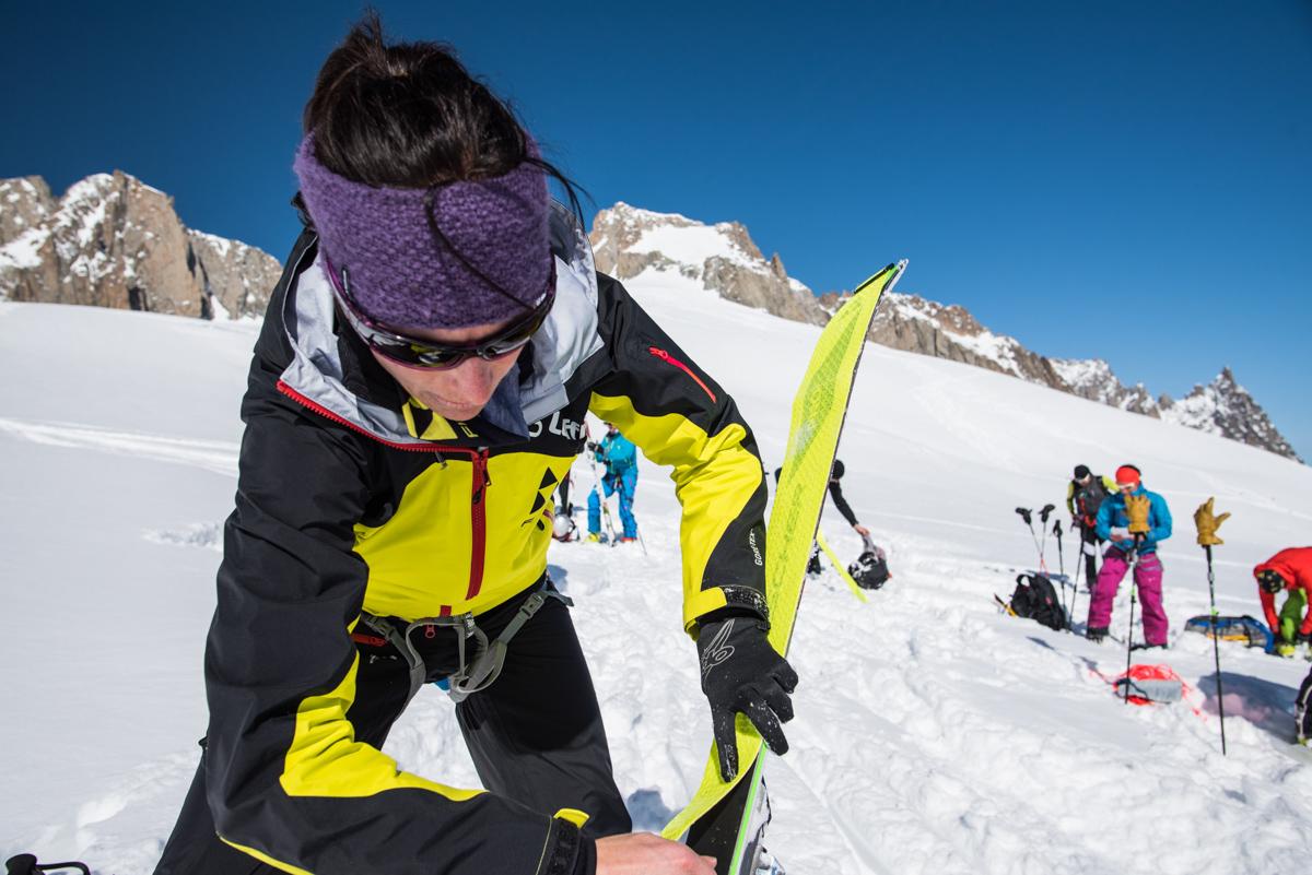 Après 700 m de descente, il est déjà temps de mettre les peaux pour monter au col de Toula.