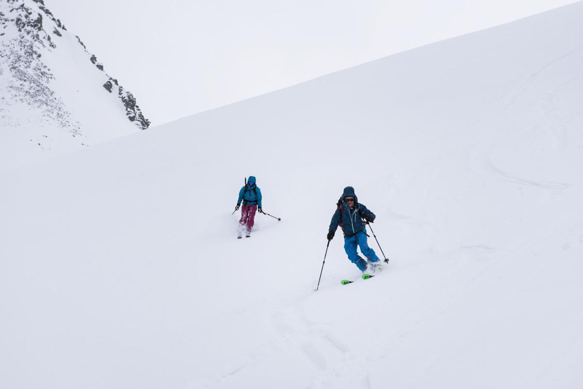 Descente de la fenêtre Durand dans une belle purée de pois… et une neige infâme ! En rando, il faut savoir skier en toutes neiges.