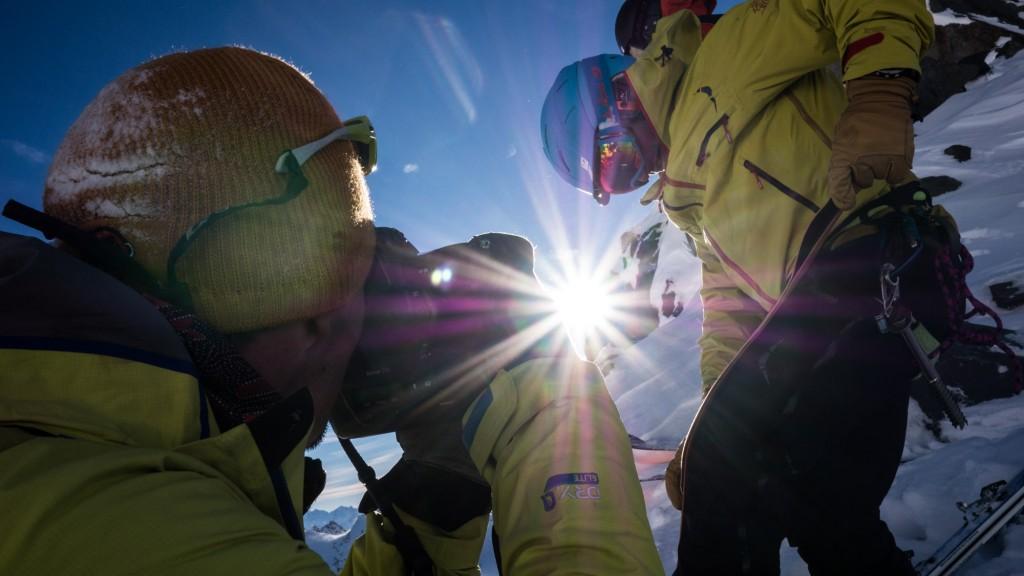 Marc Daviet en train de shooter Cedric Pugin, sur le glacier de Péclet à Val Thorens, sur le tournage de The Line.