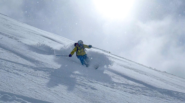 Ski descente poudreuse virage carte postale