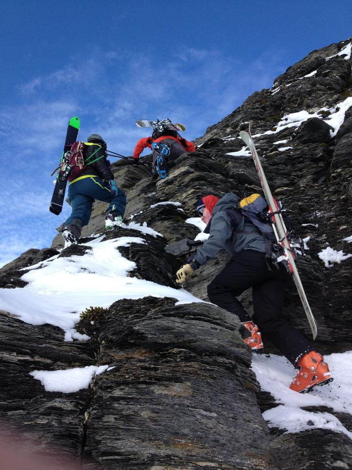 Petit passage rocheux / A little rock scramble along Gottleib's ridge / Treble Cone backcountry ©Neil Kerr