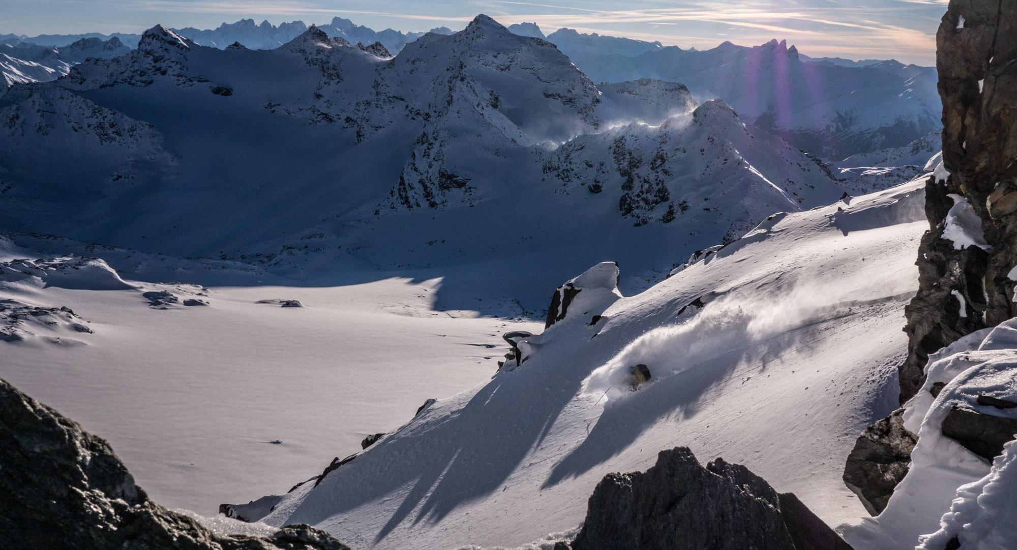 Cedric Pugin s'enfonce dans la poudreuse de novembre du glacier de Chavière ©Guillaume Desmurs