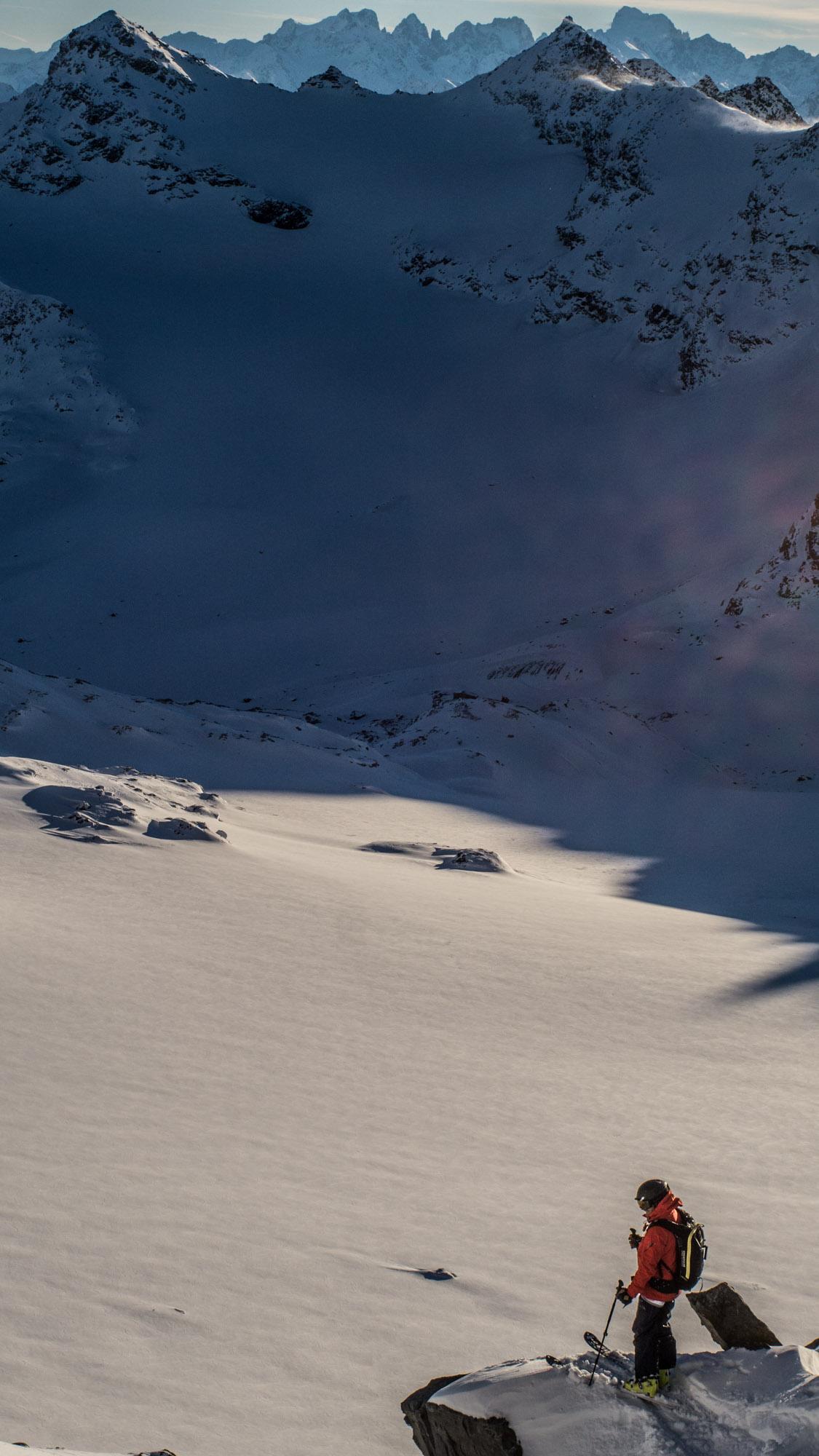 Adrien Coirier sur le glacier de Chavière repère sa ligne entre les cailloux pour une dernière pente ©Guillaume Desmurs