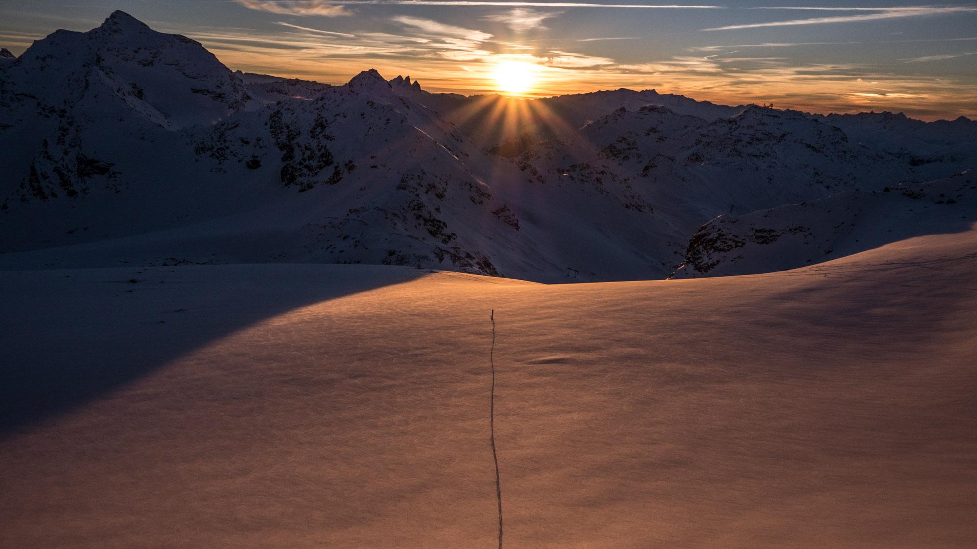 Adrien Coirier rejoint le domaine skiable de Val-Thorens, le col de Thorens, exactement dans l'axe du soleil couchant, en traversant le glacier de Chavière ©Guillaume Desmurs