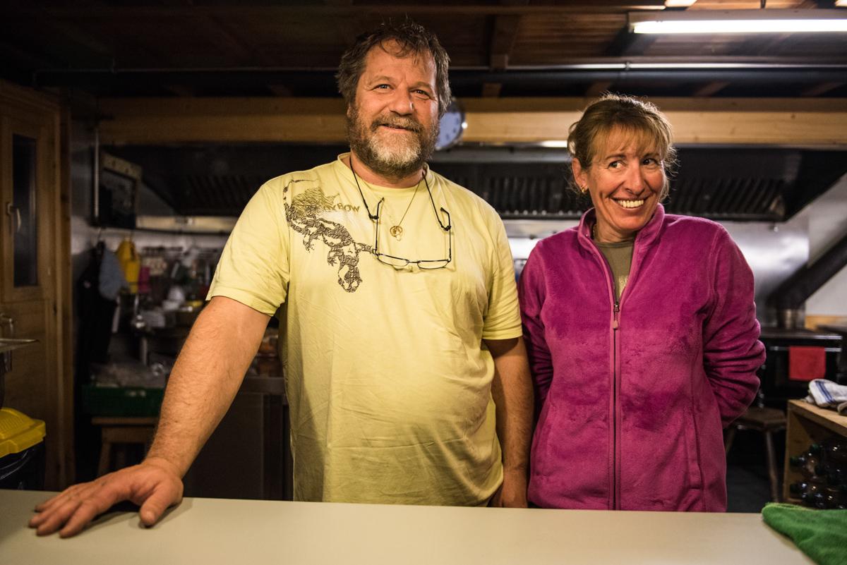 Jean-Michel et Karine, les gardiens des Vignettes nous accueillent avec un large sourire pour le petit-déjeuner, même à 5h30 du matin !