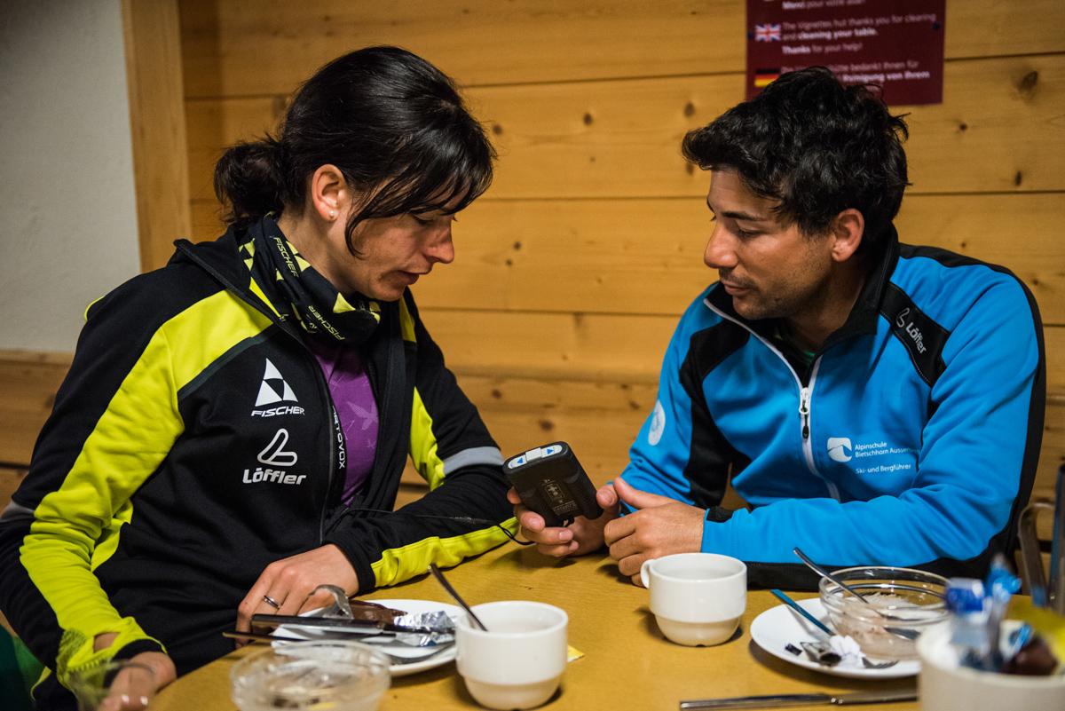 Quelques conseils de Simon, le guide Suisse, à Eliane sur l'utilisation de son ARVA.