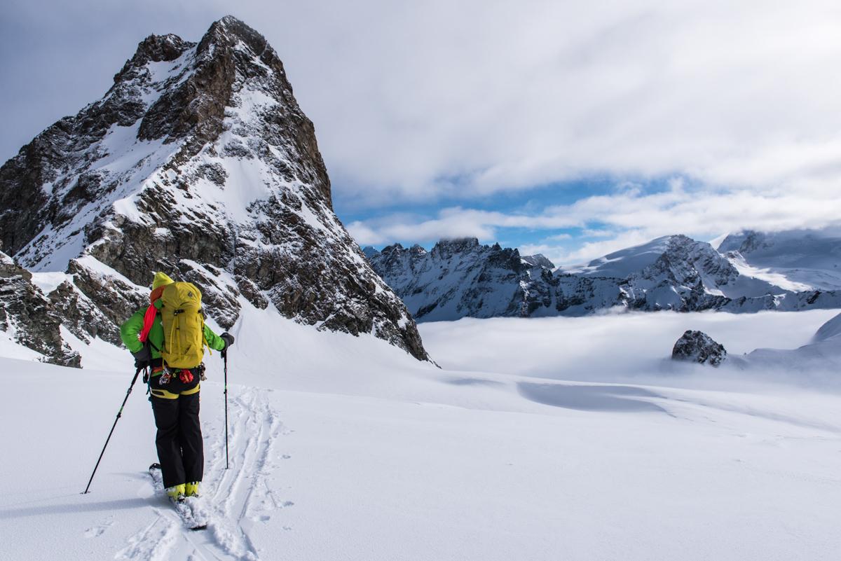 Notre guide Christophe repère la suite du programme et la descente vierge de traces à venir !