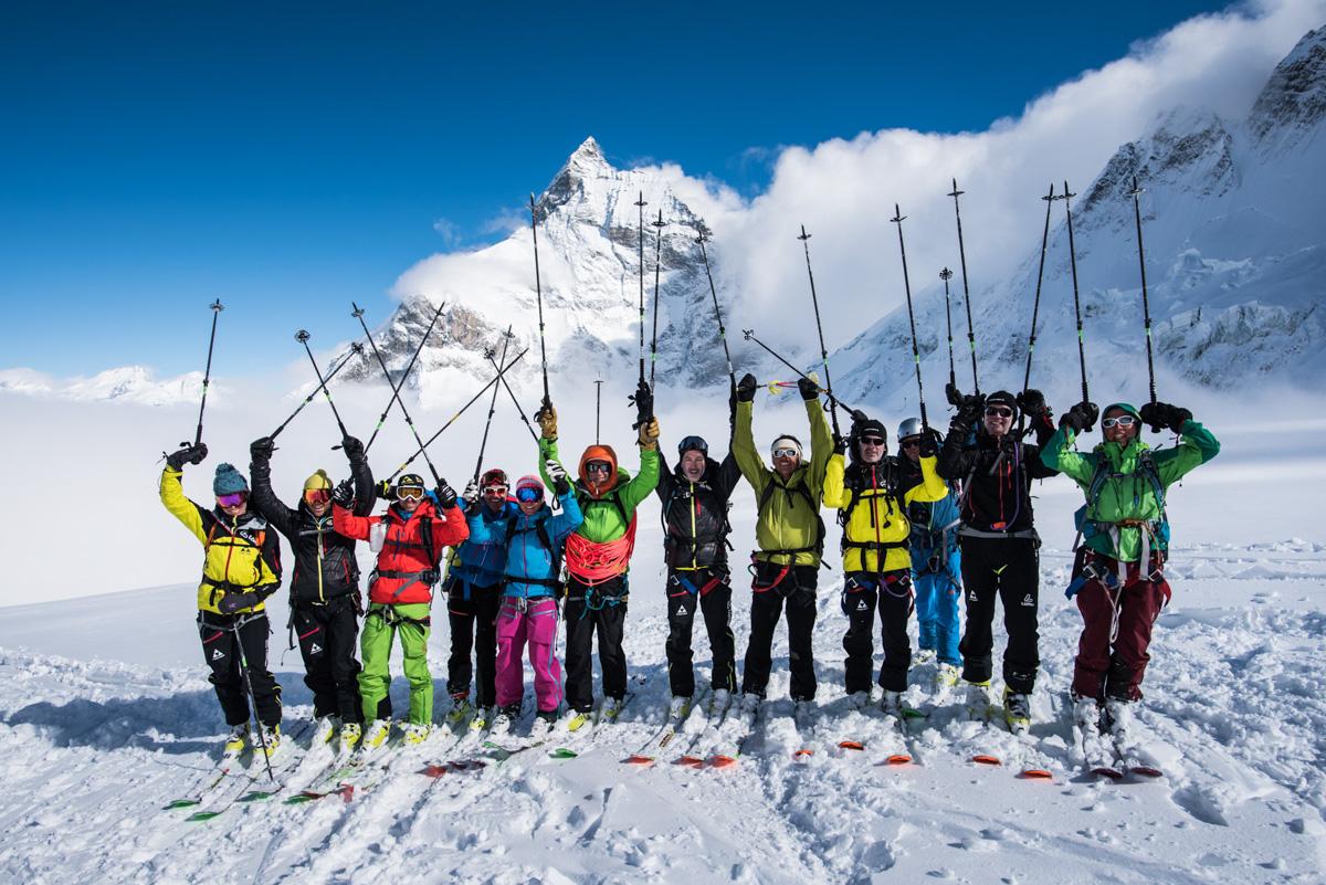 Tout le groupe célèbre son succès devant le Cervin...avant de replonger dans le brouillard. Il reste beaucoup de descente avant Zermatt.