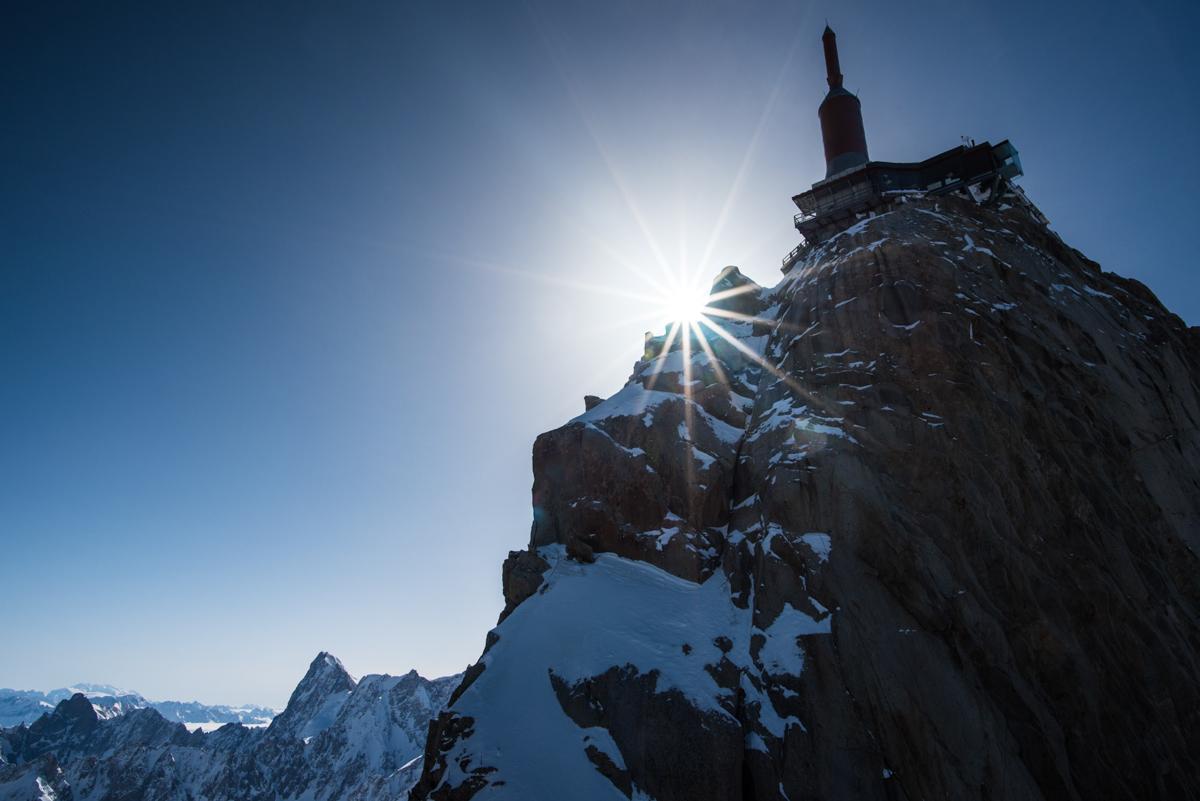 Le soleil joue à cache-cache avec le sommet de l'Aiguille du Midi.