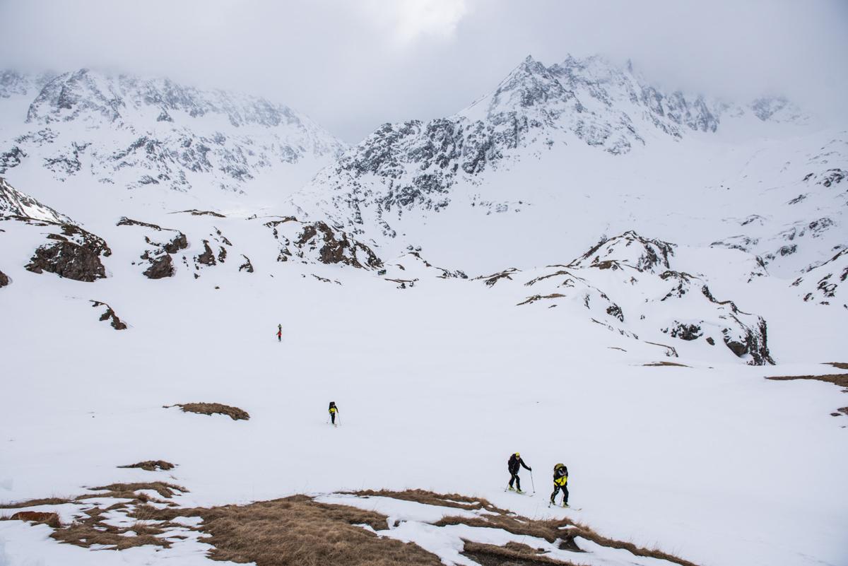 Dernière remontée vers la cabane Chanrion : même à 2 500 m, la neige a souffert de l'offensive du printemps.