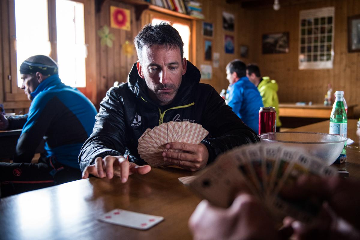 L'arrivée en refuge est souvent dans le courant de l'après-midi en raid : il faut s'occuper jusqu'au dîner et les cartes font très bien l'affaire !
