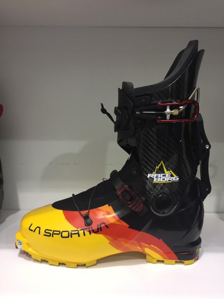 """Exit la Cyborg, le modèle ski-alpi de La Sportiva se décline en 2 versions, l'une en fibre de verres et carbone et l'autre en fibres de verre et plastique. Le serrage du collier, quant à lui, provient du modèle """"course"""" full-carbone. Un modèle qui risque de venir concurrencer certains best-sellers de ce segment comme la Alien 1.0 de Scarpa"""