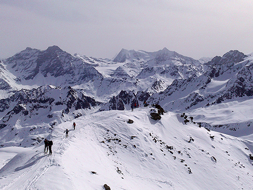 Montagne ski randonnée neige skieurs sommet crete Le Rogneux Suisse Valais