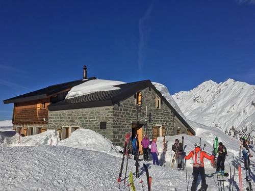 Montagne ski randonnée neige skieurs refuge Le Rogneux Suisse Valais